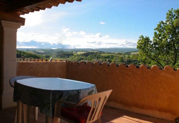 la terrasse : vue sur la vallee du beuvron et la montagne de lure au fond